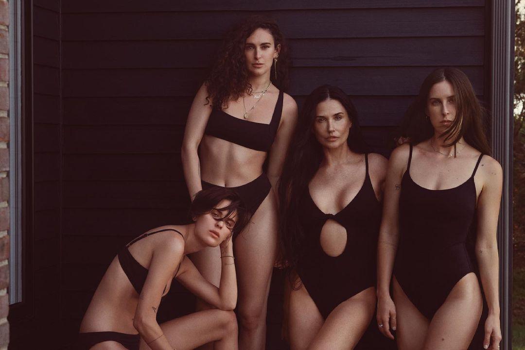 Деми Мур позирует для рекламной кампании купальников вместе с тремя дочерями-Фото 1