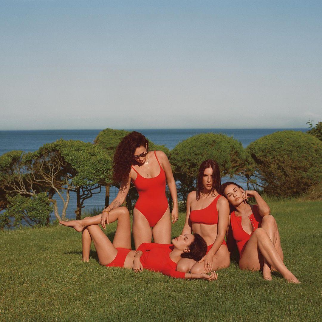 Деми Мур позирует для рекламной кампании купальников вместе с тремя дочерями-Фото 2