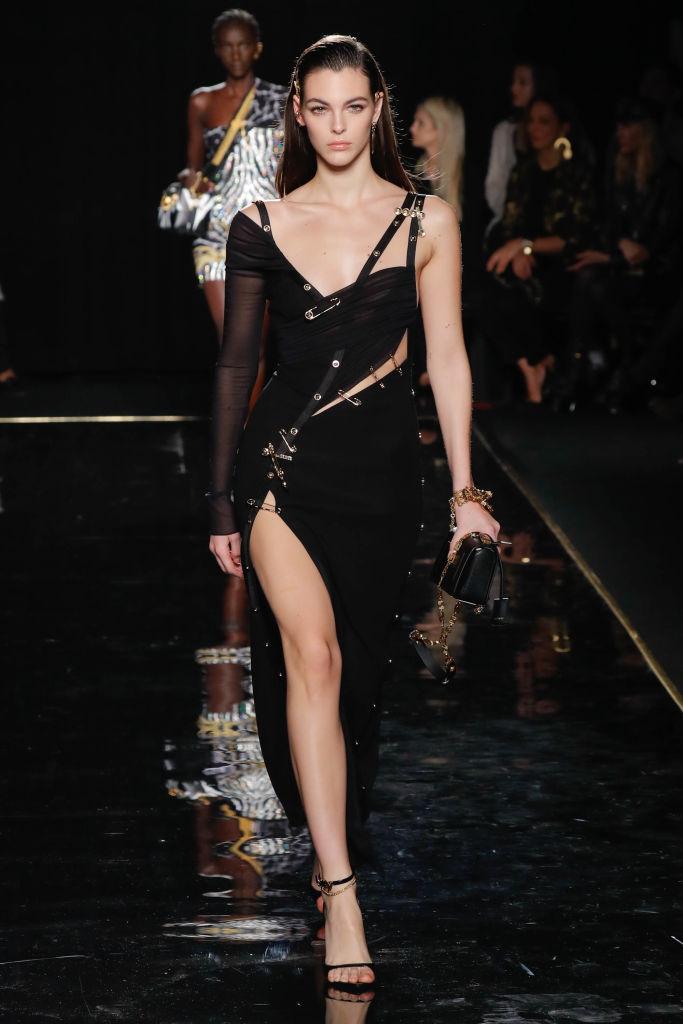 Горячий тренд: Хейли Болдуин демонстрирует самое модное платье 2021 года-Фото 3