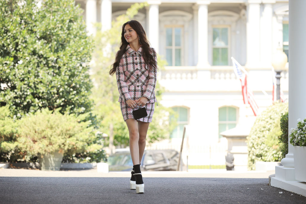 Оливия Родриго появилась в Белом доме в костюме, который старше ее самойна 8 лет-Фото 1
