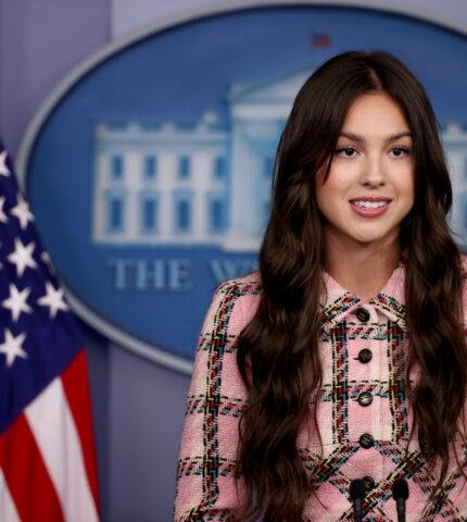 Оливия Родриго появилась в Белом доме в костюме, который старше ее самойна 8 лет-430x480
