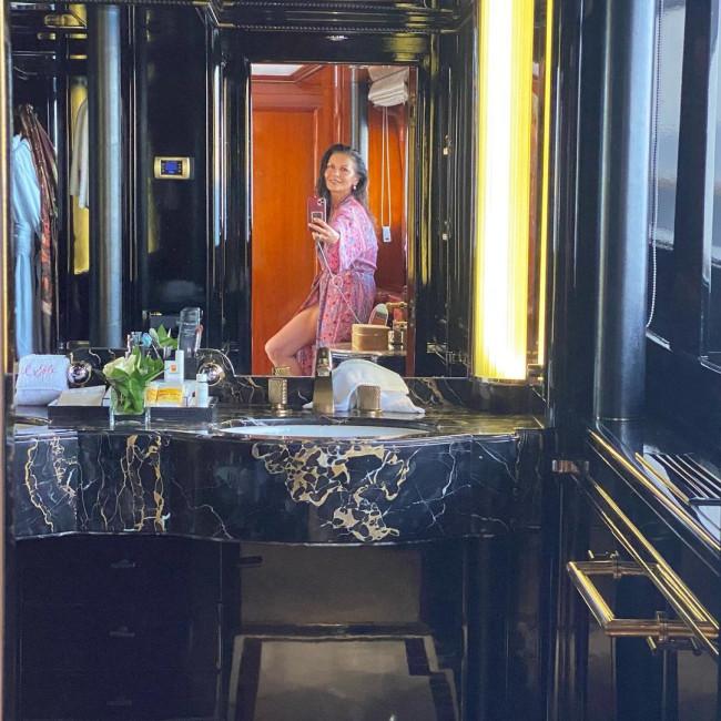 В расцвете сил: Кэтрин Зета-Джонс показала себя без макияжа и с седыми волосами-Фото 1
