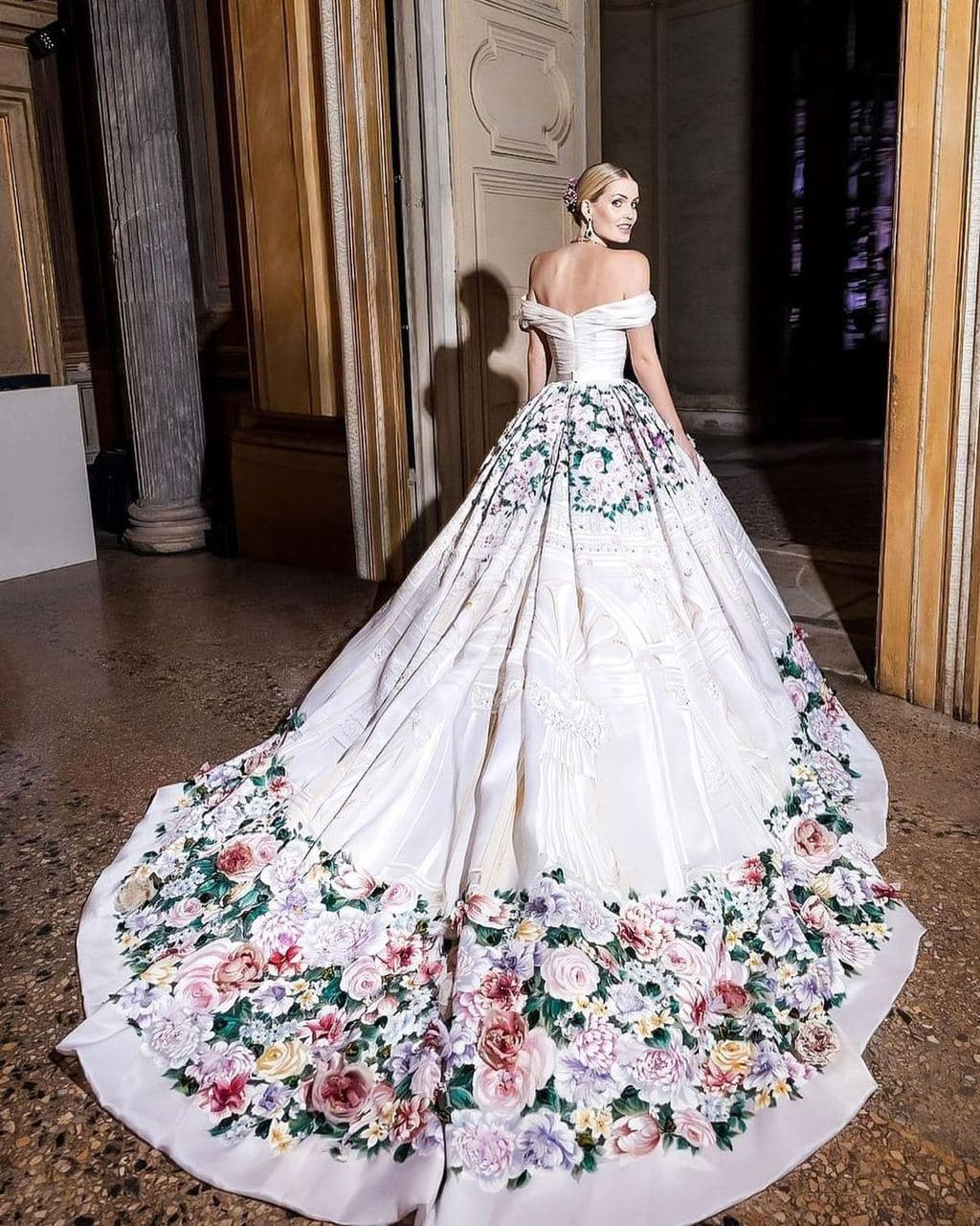 Племянница принцессы Дианы Китти Спенсер вышла замуж — пять платьев невесты-Фото 4