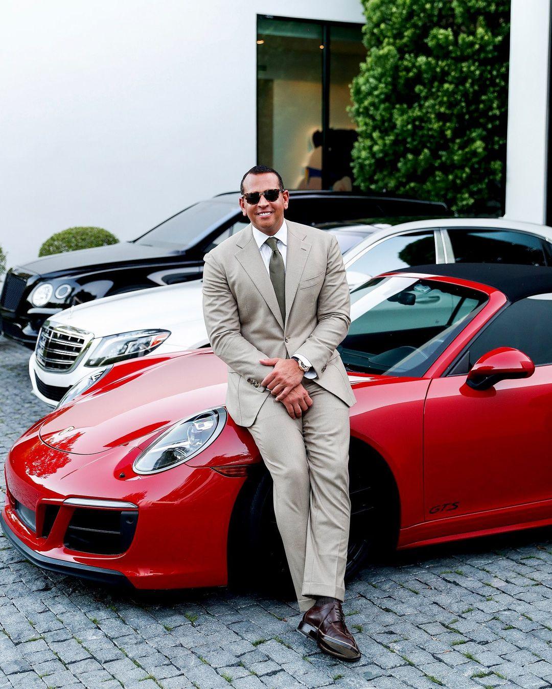 Алекс Родригес сфотографировался на фоне машины, которую подарил Дженнифер Лопес-Фото 1