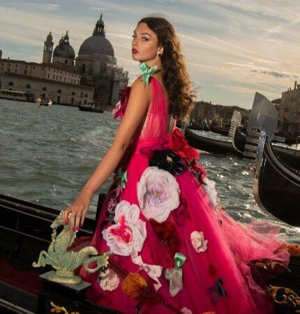 Кутюрный показ Dolce&Gabbana: На подиум вышли дочери Хайди Клум и Моники Белуччи-430x480