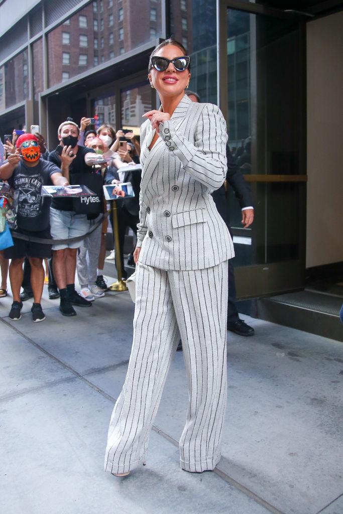 Что делать: Леди Гага демонстрирует пять стильных образов, пока проводит лето в Нью-Йорке-Фото 2