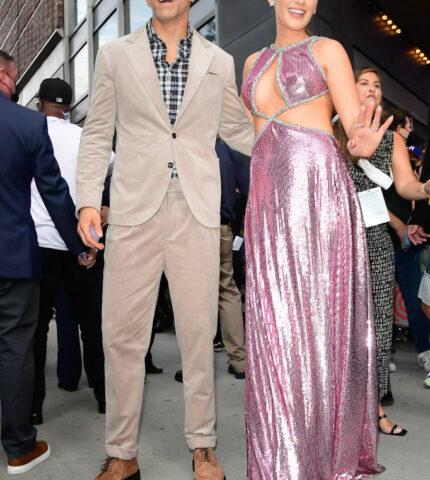 В платье Барби и кедах: БлейкЛайвлисовершила дебютный выход после долгого перерыва-430x480