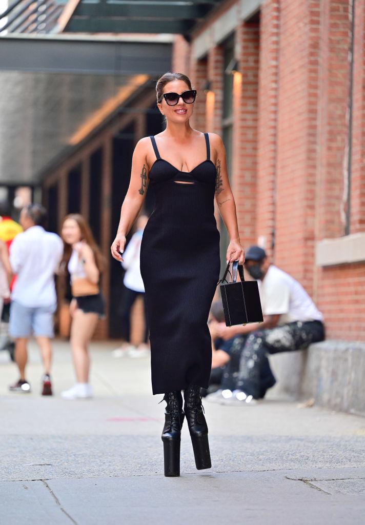 Что делать: Леди Гага демонстрирует пять стильных образов, пока проводит лето в Нью-Йорке-Фото 1