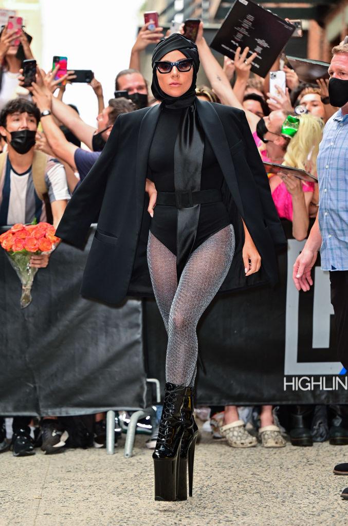 Что делать: Леди Гага демонстрирует пять стильных образов, пока проводит лето в Нью-Йорке-Фото 4