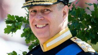 Сводка новостей из Букингемского дворца: На принца Эндрю подали в суд из-за обвинений в изнасиловании-320x180