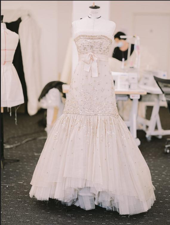Произведение искусства: Кристен Стюарт в платье от Chanel на постере фильма «Спенсер» Пабло Ларраина-Фото 2