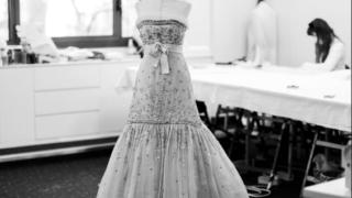 Произведение искусства: Кристен Стюарт в платье от Chanel на постере фильма «Спенсер» Пабло Ларраина-320x180
