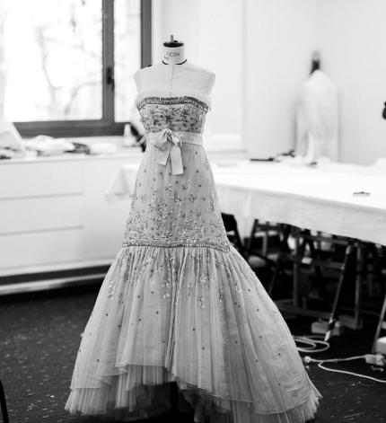 Произведение искусства: Кристен Стюарт в платье от Chanel на постере фильма «Спенсер» Пабло Ларраина-430x480