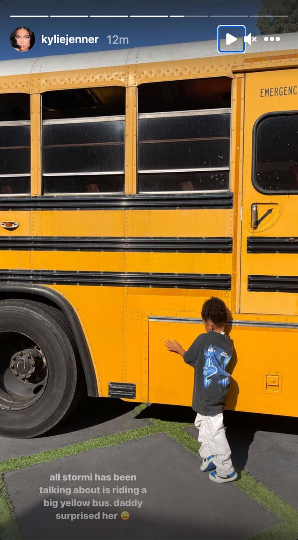 Новые порядки: Дочка Кайли Дженнер получила в подарок от отца школьный автобус-Фото 3