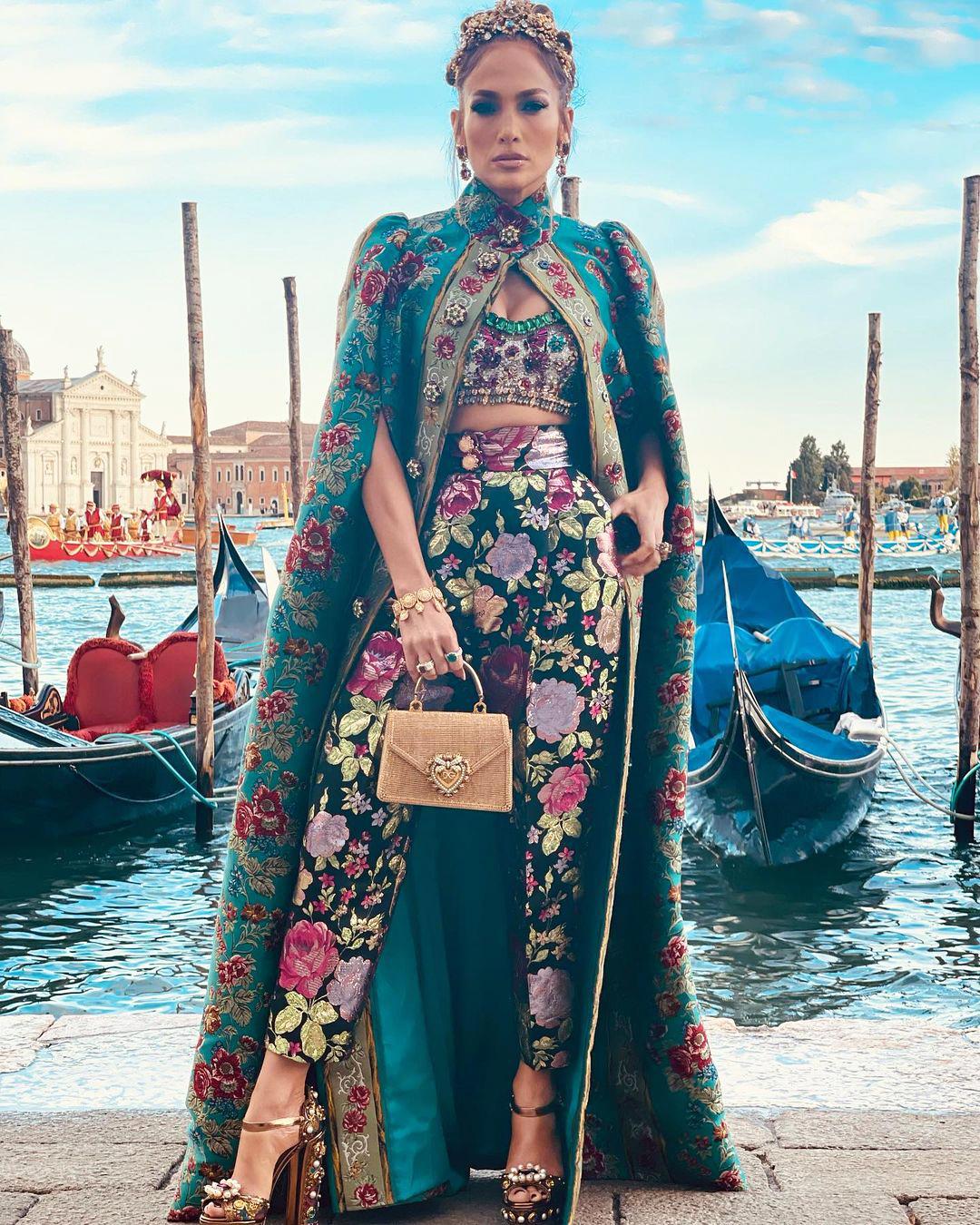 Дженнифер Лопес посетила шоуDolce&Gabbanaв Венеции в королевском наряде-Фото 1