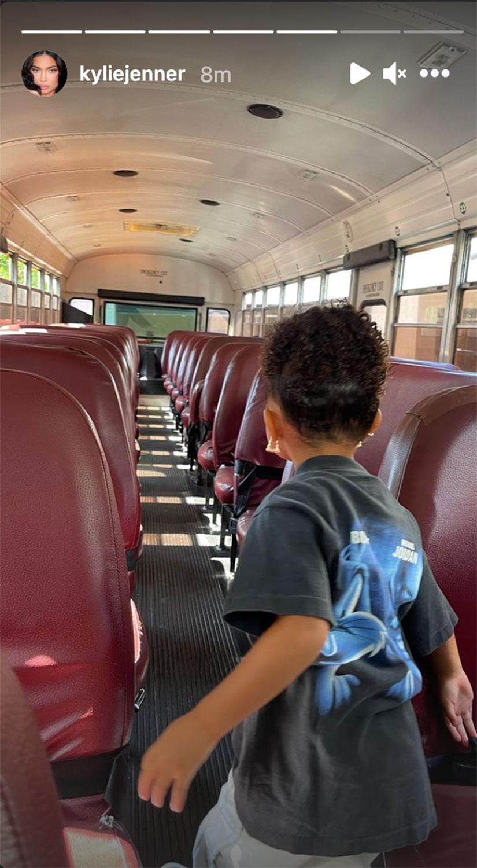 Новые порядки: Дочка Кайли Дженнер получила в подарок от отца школьный автобус-Фото 4