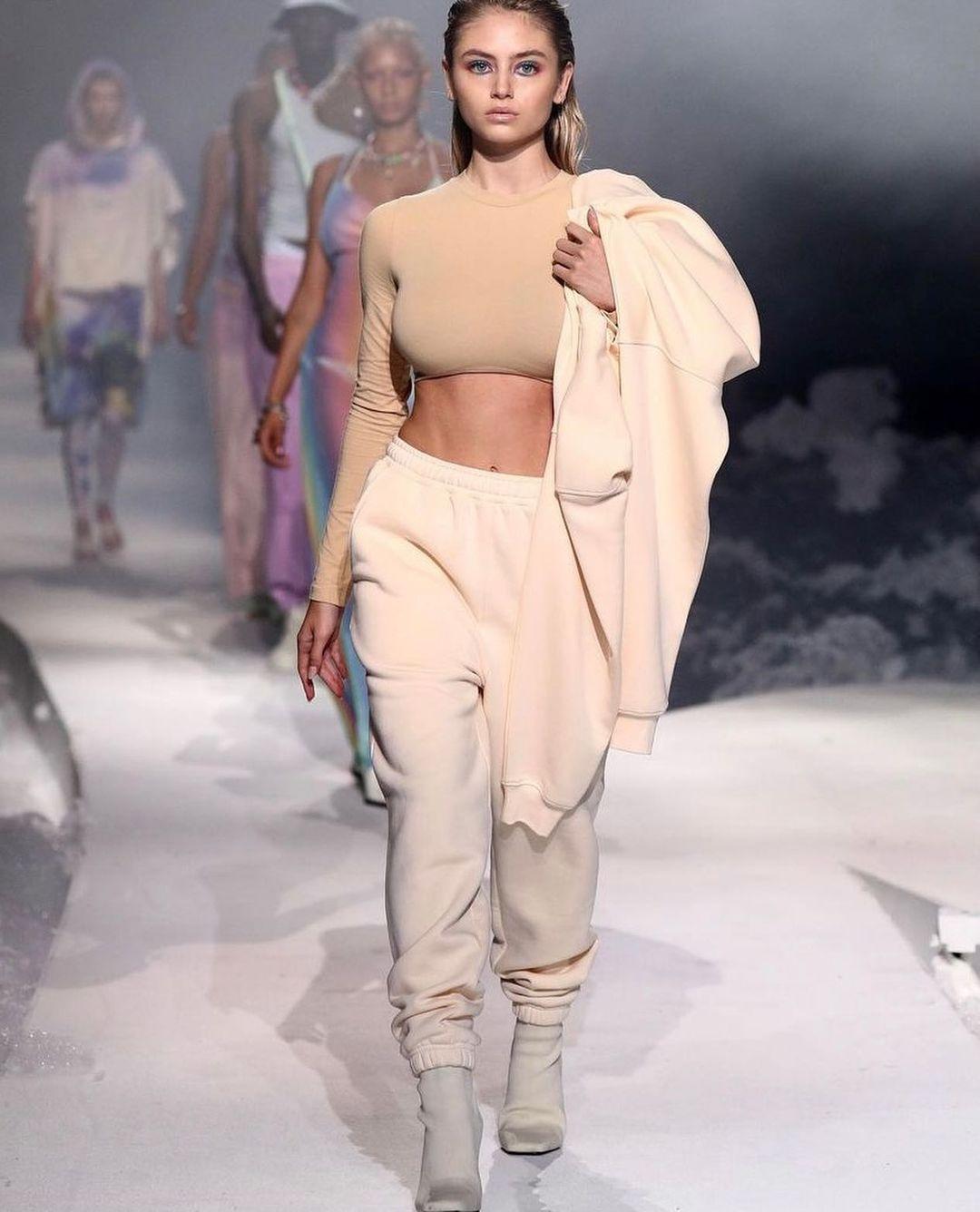 По маминым стопам: Дочка Хайди Клум презентовала собственную коллекцию одежды и сама поучаствовала в показе-Фото 2