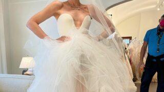 Гвен Стефани показала, как проходила примерка ее свадебного платья-320x180
