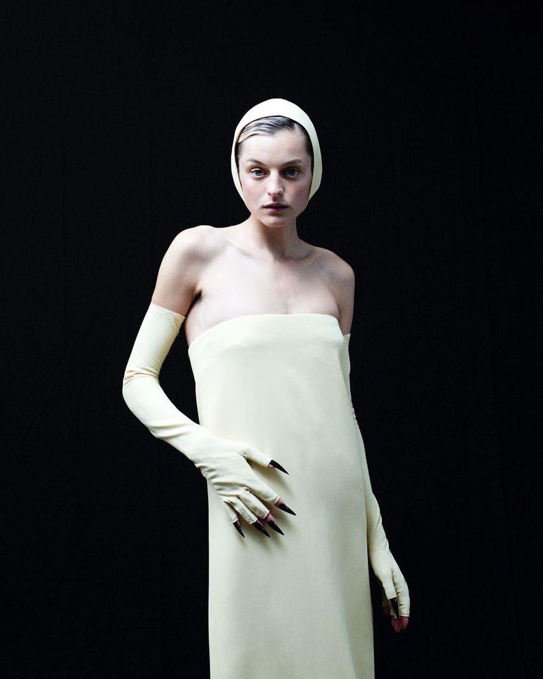 Эмми-2021: ЭммаКорринпоявилась на красной дорожке в шапочке для плавания-Фото 3