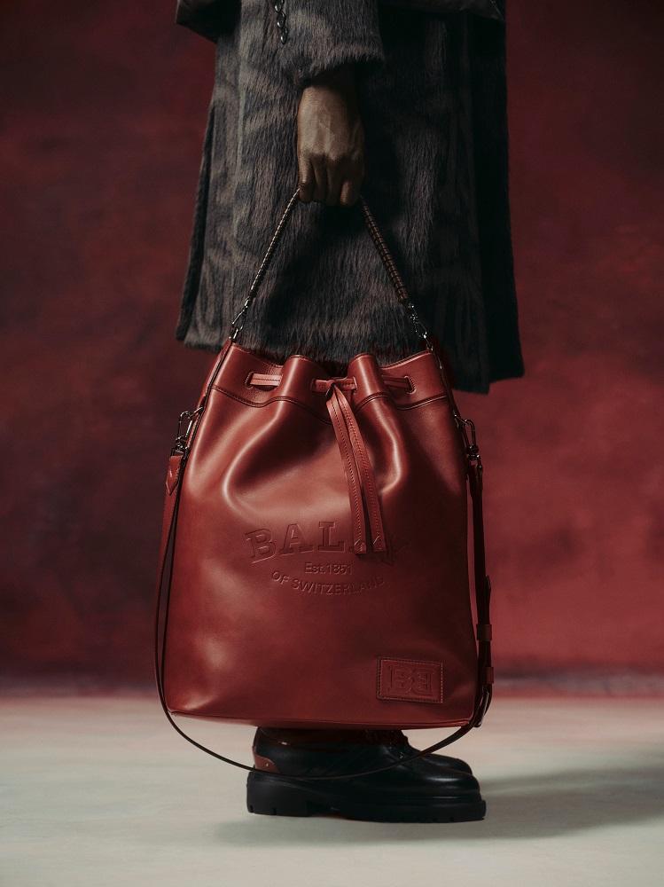 Новый взгляд на красный: Фирменный цвет Bally в новом сезоне-Фото 6