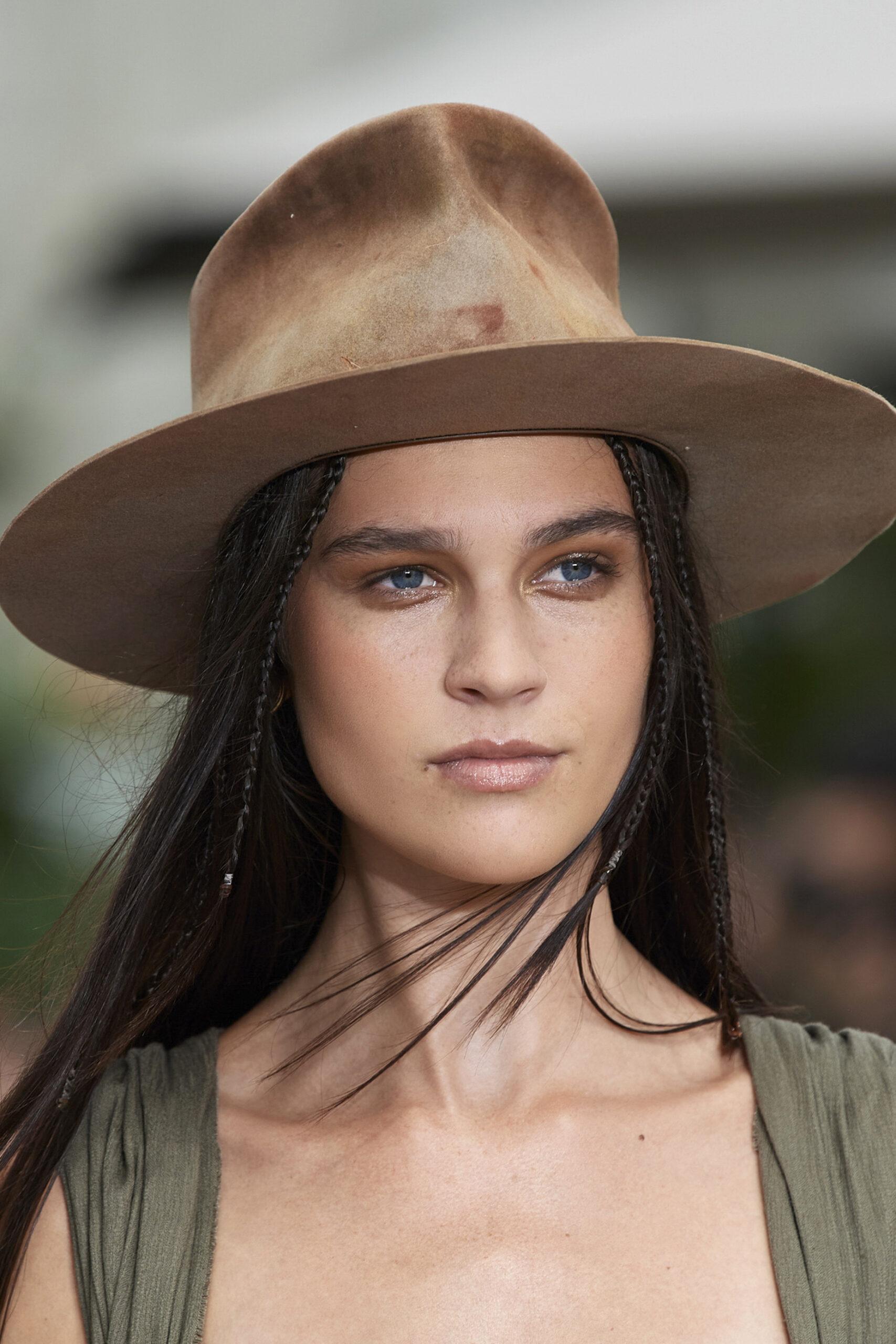 Взгляд в будущее: Лучшие бьюти-образы с Нью-Йоркской недели моды 2021-Фото 2