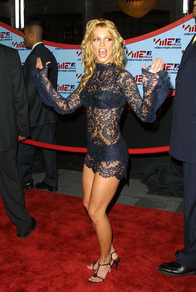 КортниКардашьянпримерила образ Бритни Спирс с церемонии VMA 2001 года-Фото 3