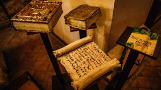 Симбіоз літератури та мистецтва: У київському музеї «Золоті ворота» відкрили арт-виставку «K'niga»-320x180