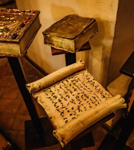 Симбіоз літератури та мистецтва: У київському музеї «Золоті ворота» відкрили арт-виставку «K'niga»-430x480
