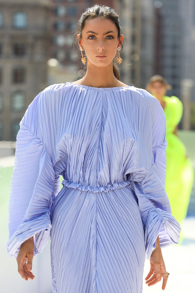 Украинский бренд J'amemmeпредставил плиссированные платья-оригами на подиумеNYFW-Фото 12