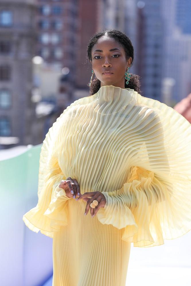 Украинский бренд J'amemmeпредставил плиссированные платья-оригами на подиумеNYFW-Фото 11
