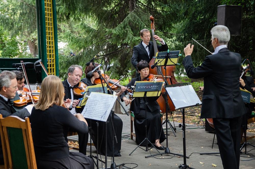 Медики співали, а музиканти лікували: Симфонічний оркестр «Київ-Класик» виступив разом із солістками-працівницями шпиталю-Фото 1