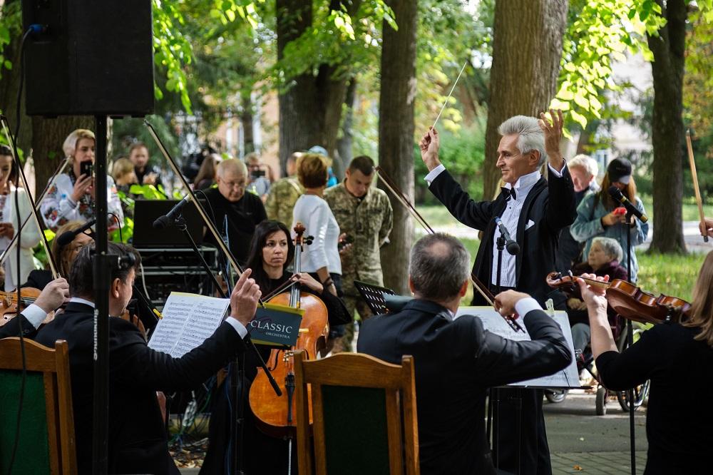 Медики співали, а музиканти лікували: Симфонічний оркестр «Київ-Класик» виступив разом із солістками-працівницями шпиталю-Фото 2