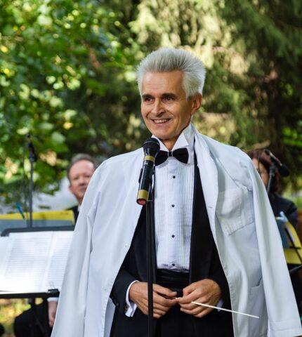 Медики співали, а музиканти лікували: Симфонічний оркестр «Київ-Класик» виступив разом із солістками-працівницями шпиталю-430x480