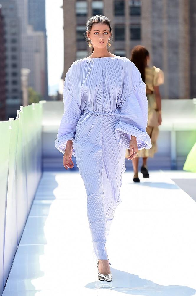 Украинский бренд J'amemmeпредставил плиссированные платья-оригами на подиумеNYFW-Фото 8