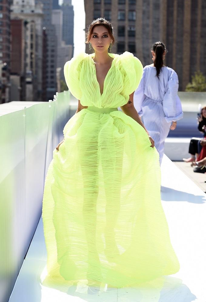 Украинский бренд J'amemmeпредставил плиссированные платья-оригами на подиумеNYFW-Фото 7
