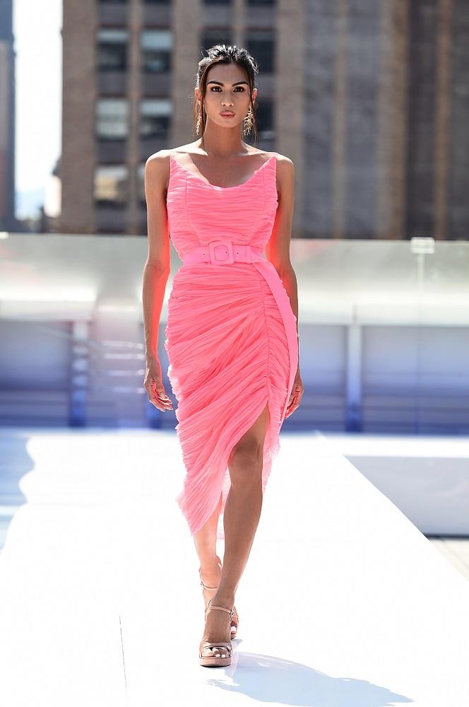 Украинский бренд J'amemmeпредставил плиссированные платья-оригами на подиумеNYFW-Фото 6