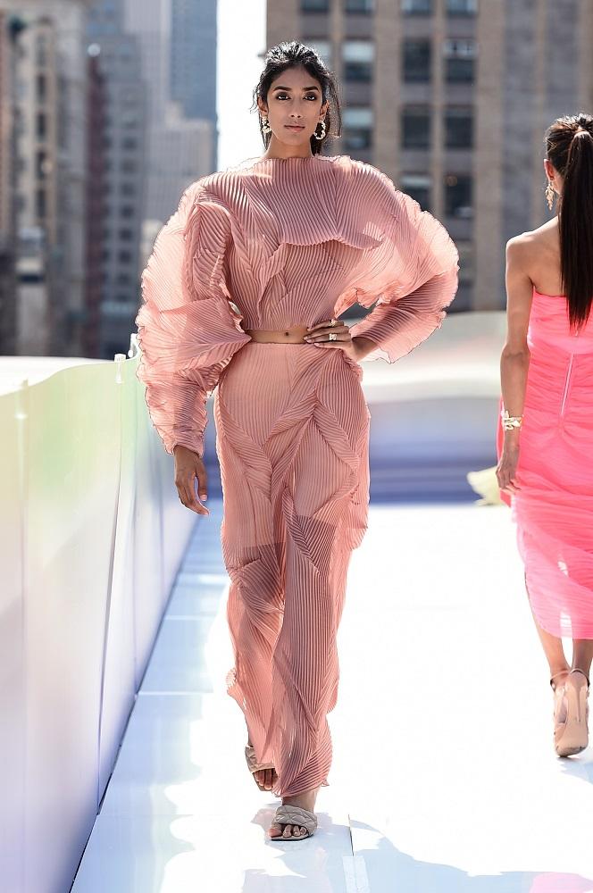 Украинский бренд J'amemmeпредставил плиссированные платья-оригами на подиумеNYFW-Фото 5