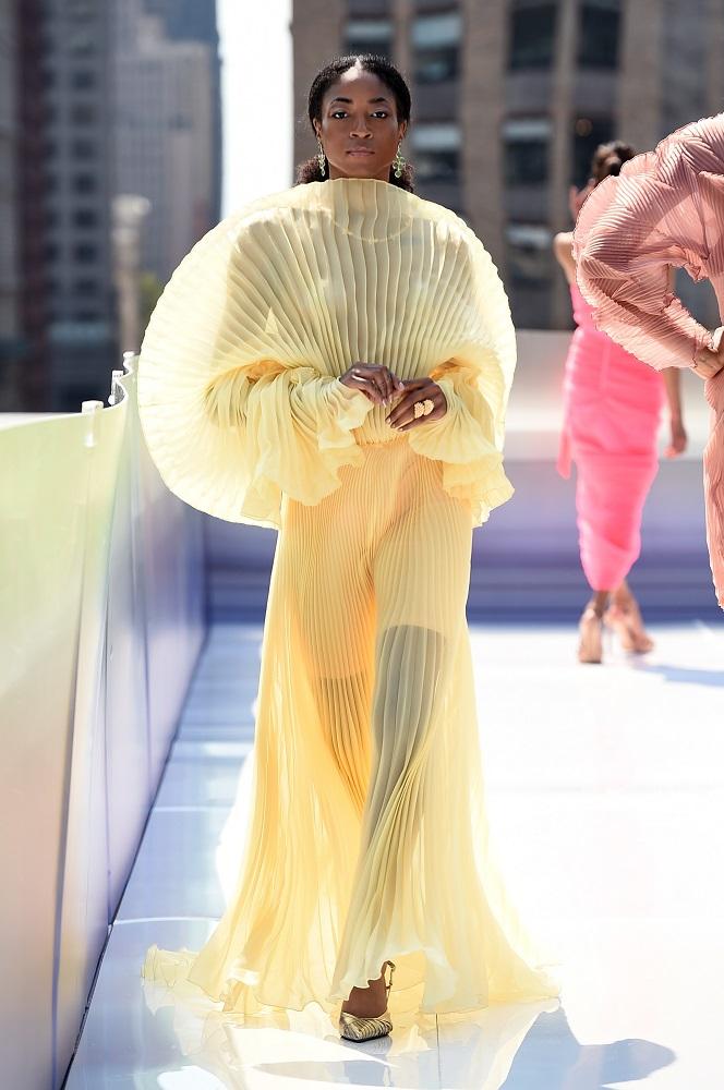Украинский бренд J'amemmeпредставил плиссированные платья-оригами на подиумеNYFW-Фото 4