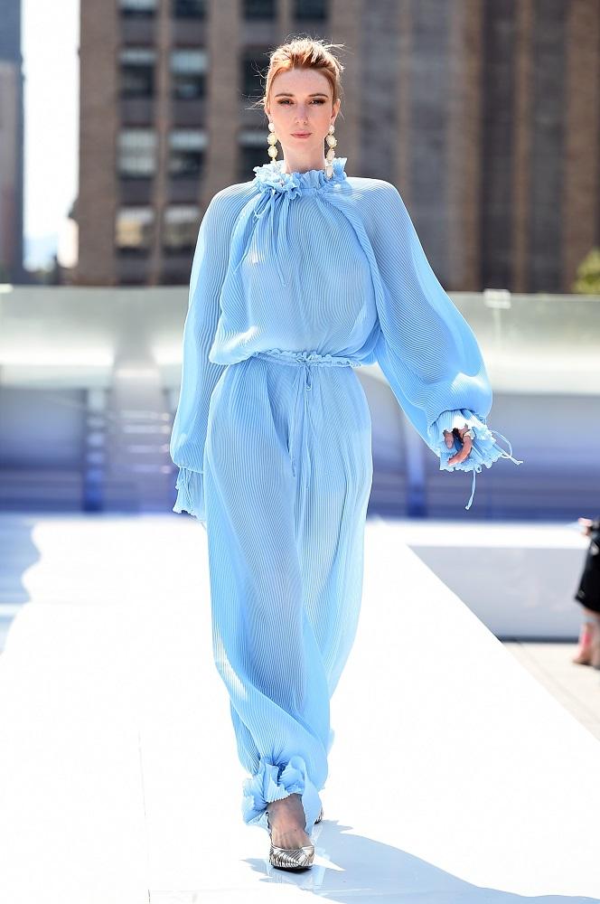Украинский бренд J'amemmeпредставил плиссированные платья-оригами на подиумеNYFW-Фото 3