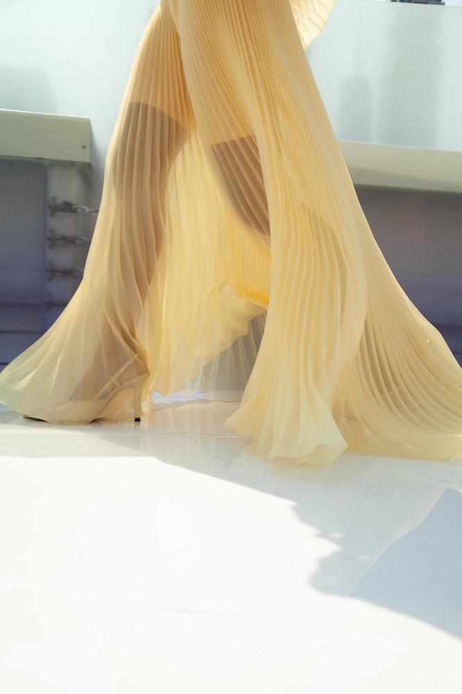 Украинский бренд J'amemmeпредставил плиссированные платья-оригами на подиумеNYFW-Фото 13