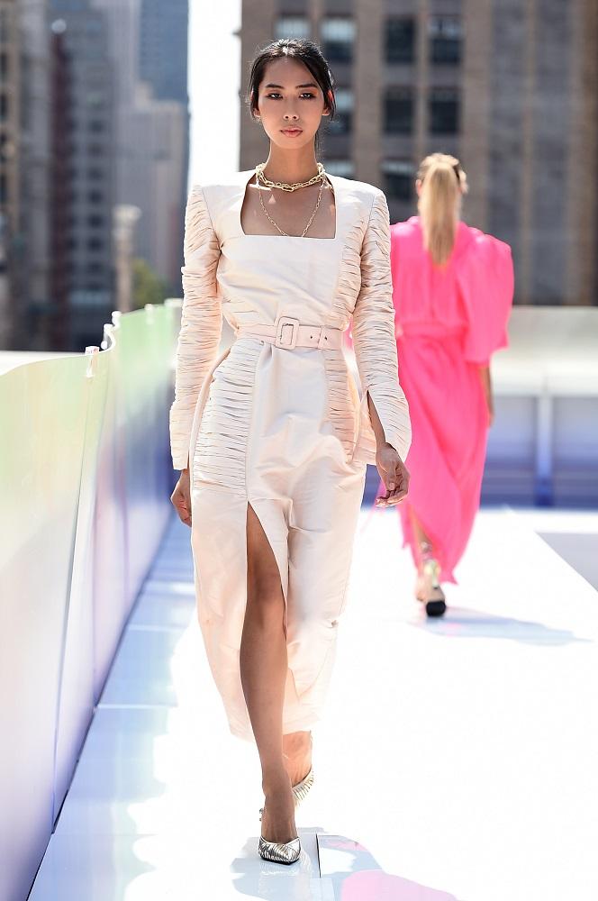 Украинский бренд J'amemmeпредставил плиссированные платья-оригами на подиумеNYFW-Фото 2