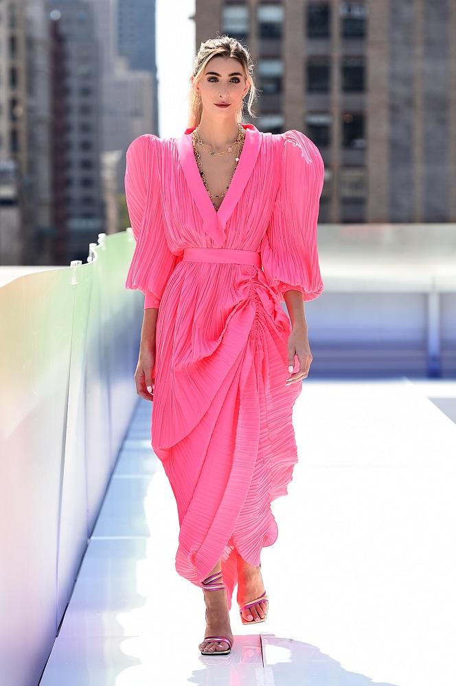 Украинский бренд J'amemmeпредставил плиссированные платья-оригами на подиумеNYFW-Фото 1