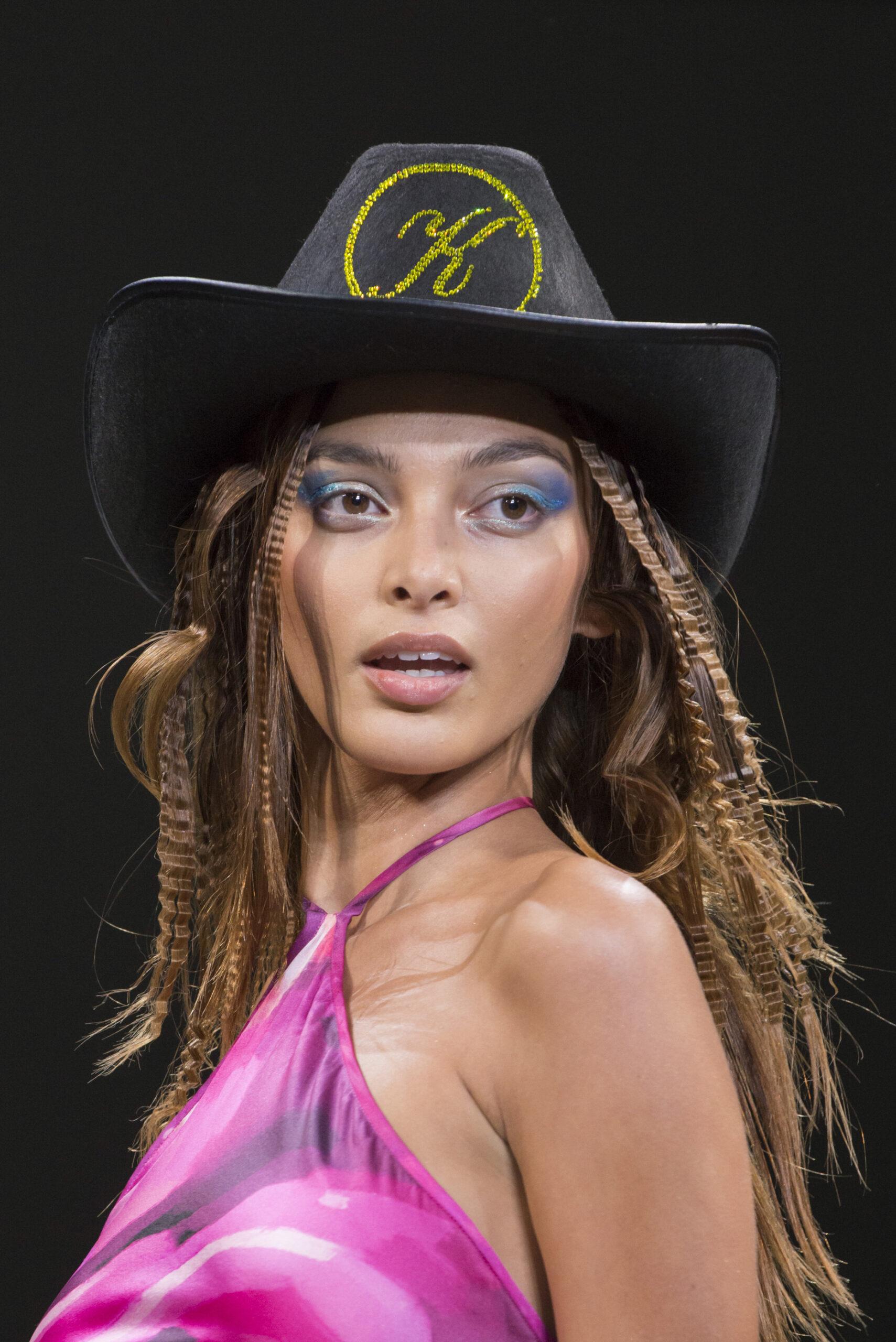 Взгляд в будущее: Лучшие бьюти-образы с Нью-Йоркской недели моды 2021-Фото 4