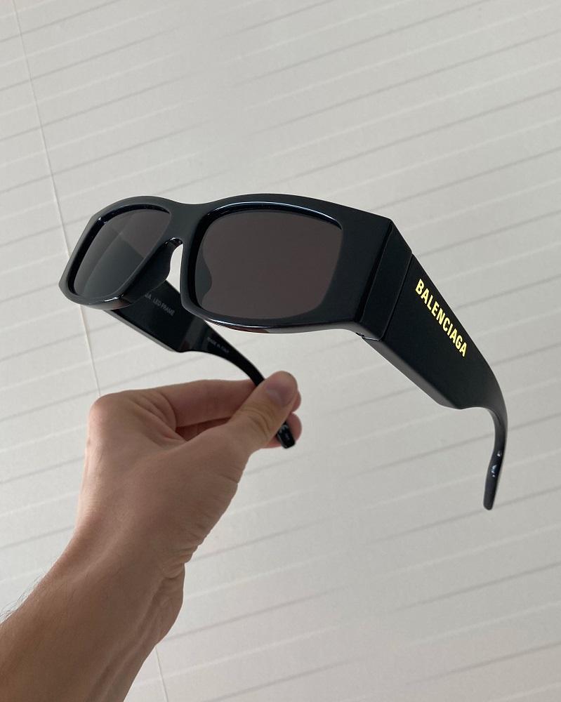 Balenciaga представляет новую модель солнцезащитных очков со светящимся логотипом-Фото 2