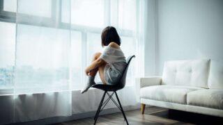 Не только холодок внутри: 12 физических признаков, что у вас повышенная тревожность-320x180