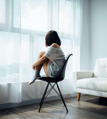 Не только холодок внутри: 12 физических признаков, что у вас повышенная тревожность-430x480