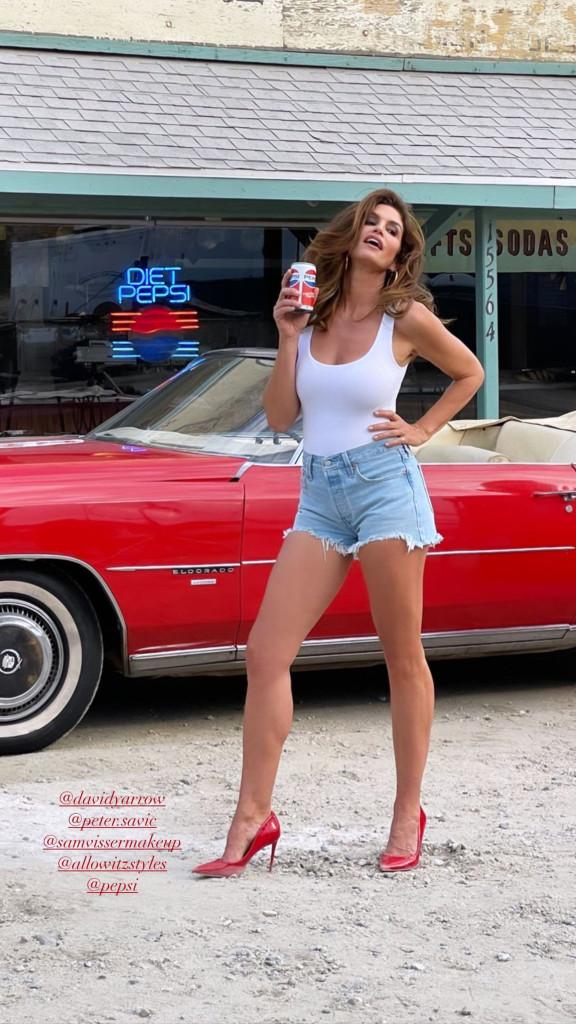 Синди Кроуфорд воссоздала кадр из культовой рекламы Pepsi 1992 года в благотворительных целях-Фото 2