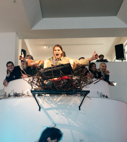 У Центрі сучасного мистецтва М17 відкрилася виставка «На акваторії заводу купатися було заборонено»-430x480