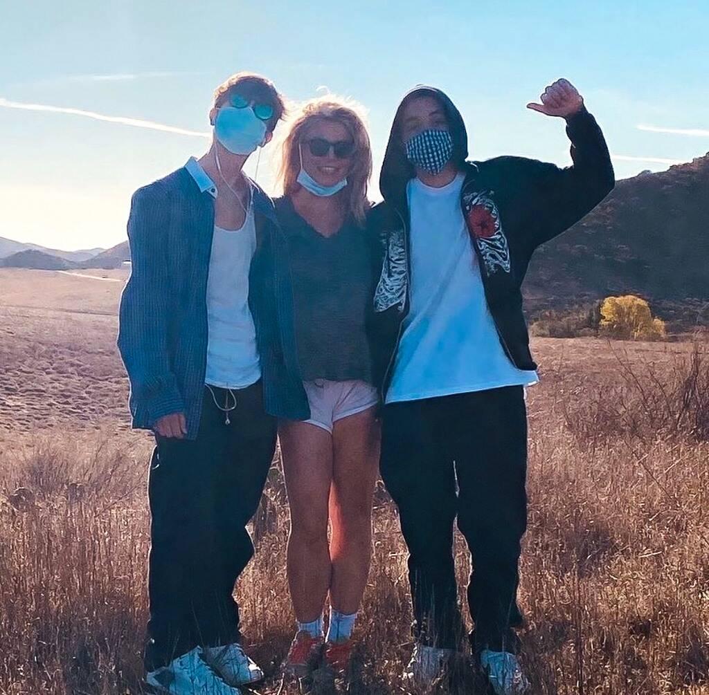 Бритни Спирс вернулась в соцсети, иопубликоваларедкое фото сыновей-Фото 2