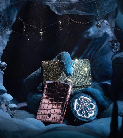 БрендAlexanderMcQueenпрезентовал подарочную коллекцию аксессуаров к Хэллоуину-430x480